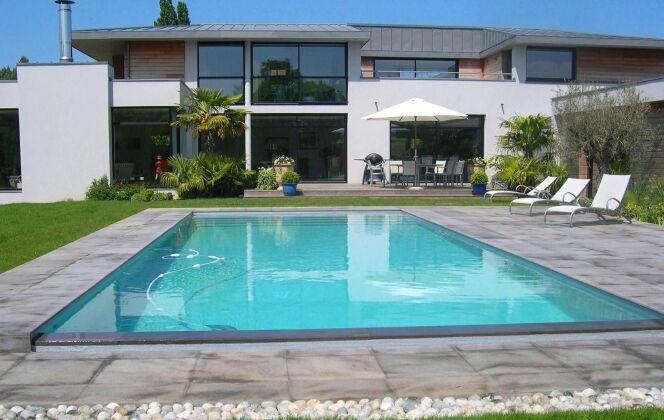 Des moments de bonheur à partager en famille ou entre amis dans cette piscine familiale © L'Esprit piscine