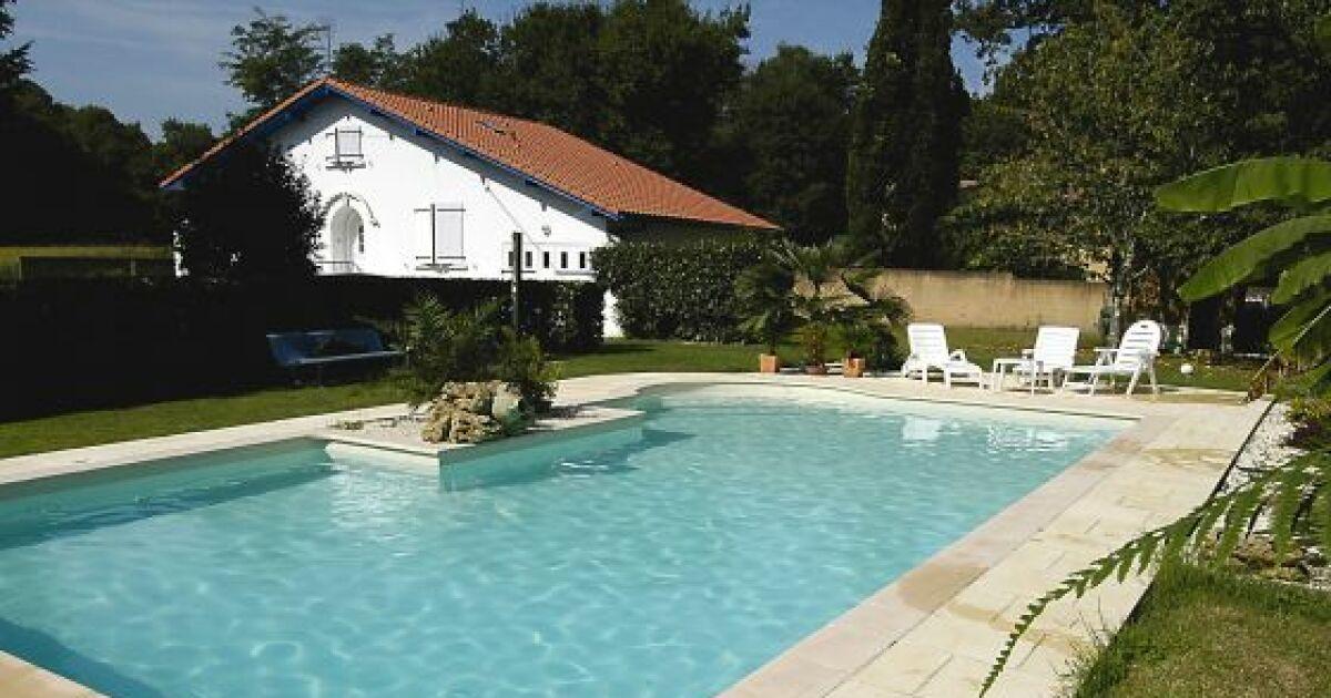 piscines familiales en photos les plaisirs de l 39 eau pour toute la famille piscine familiale. Black Bedroom Furniture Sets. Home Design Ideas