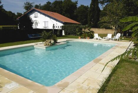 """Des moments de bonheur à partager en famille ou entre amis dans cette piscine signée Magiline<span class=""""normal italic petit"""">© Piscine Magiline</span>"""