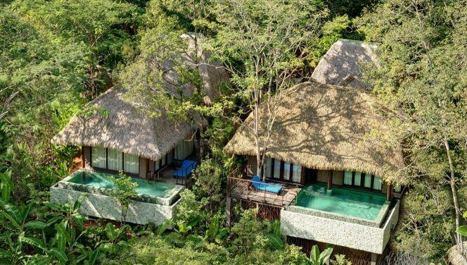 """Cottage en argile avec sa piscine extérieure de 21m²<span class=""""normal italic petit"""">© Keemala Resort</span>"""