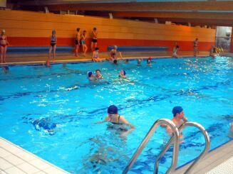 Des leçons de natation sont dispensées à la piscine d'Arques