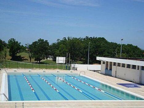Des lignes d'eau sont aménagées pour les nageurs à la piscine de Cambo les Bains