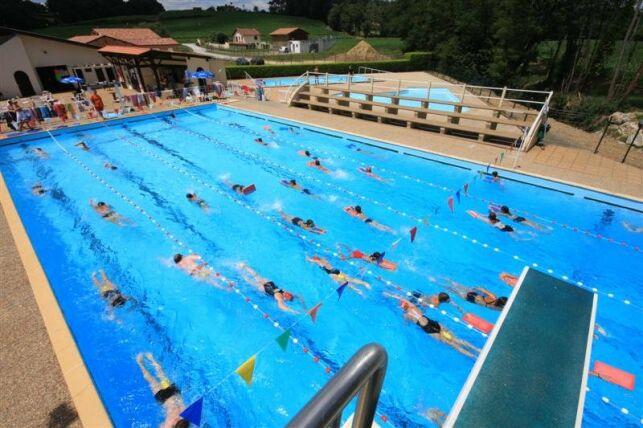 Des lignes d'eau sont aménagées pour les nageurs à la piscine de Pouillon