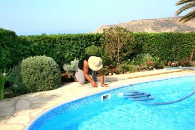 "Détartrer le filtre d'une piscine<span class=""normal italic petit"">© Ruzanna Arutyunyan - Thinkstock</span>"