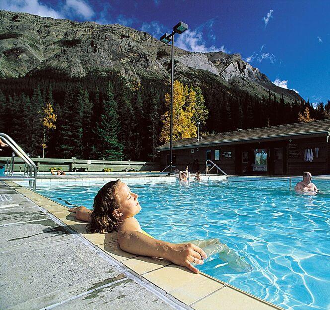 Deux bassins d'eau chaude et deux bassins d'eau froide aux sources thermales Miette