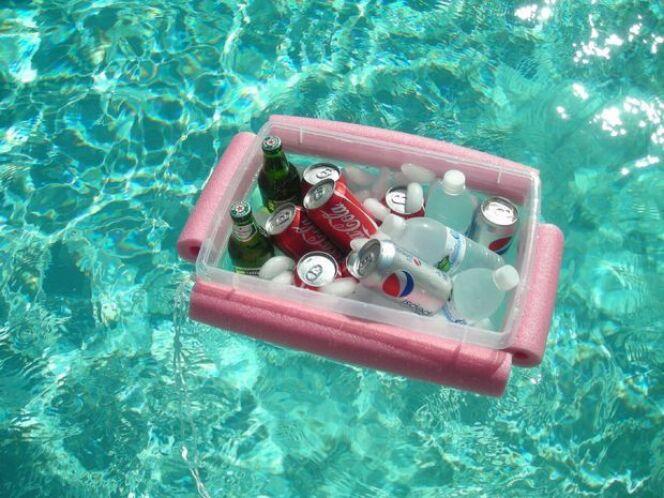 """DIY piscine : fabriquer une glacière flottante avec des frites de piscine<span class=""""normal italic petit"""">© Instructables</span>"""
