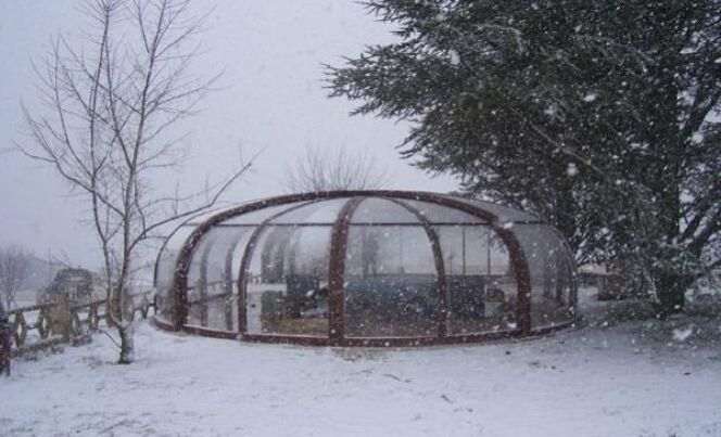 "Doit-on hiverner une piscine avec abri ?<span class=""normal italic petit"">© Sun Abris</span>"