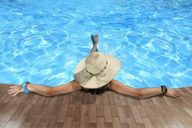 """Un dôme solaire pour votre piscine vous permettra de garder la température de l'eau agréable le plus longtemps possible.<span class=""""normal italic petit"""">© pixstock - Fotolia.com</span>"""