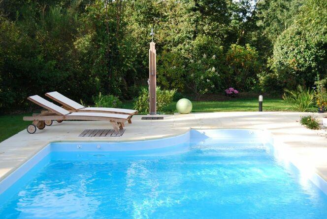 """Douche de piscine : 3 bonnes raisons de l'adopter<span class=""""normal italic petit"""">© L'Esprit Piscine</span>"""
