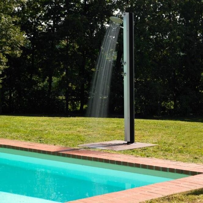 photos de douches de piscine douches d 39 ext rieur douche de piscine aquabella white par desjoyaux. Black Bedroom Furniture Sets. Home Design Ideas