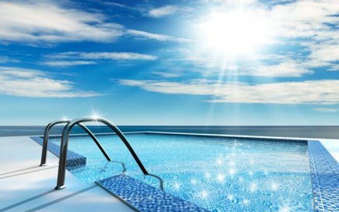"""Le soleil peut vous aider à chauffer l'eau de votre piscine grâce à des capteurs.<span class=""""normal italic petit"""">© V. Yakobchuk - Fotolia.com</span>"""