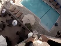 Du toit d'un hôtel jusque dans une piscine...