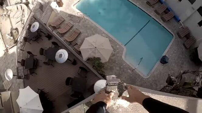 """Du toit d'un hôtel jusque dans une piscine... <span class=""""normal italic petit"""">DR</span>"""