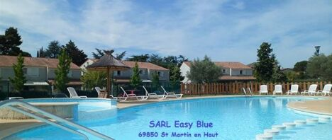 "Easy Blue à Saint-Martin-en-Haut  <span class=""normal italic petit"">© Easy Blue</span>"