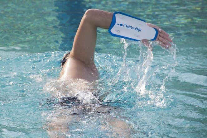 """L'Easystroke est une palette de natation qui aide à adopter les bons mouvements.<span class=""""normal italic petit"""">© Nabaiji</span>"""
