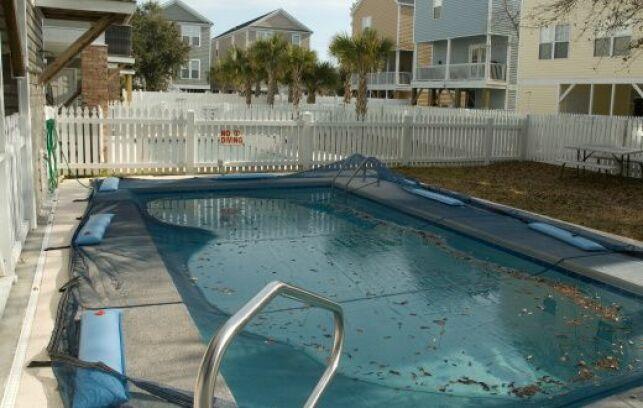 Eau qui stagne sur une bâche de piscine : que faire ?