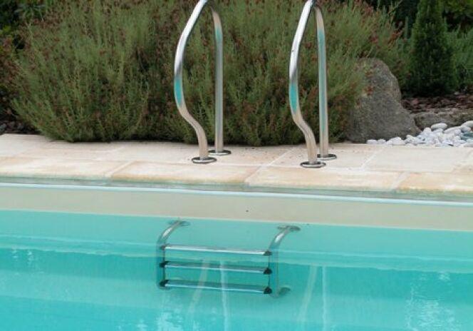 "Échelle de piscine en inox<span class=""normal italic petit"">© L'Esprit piscine</span>"
