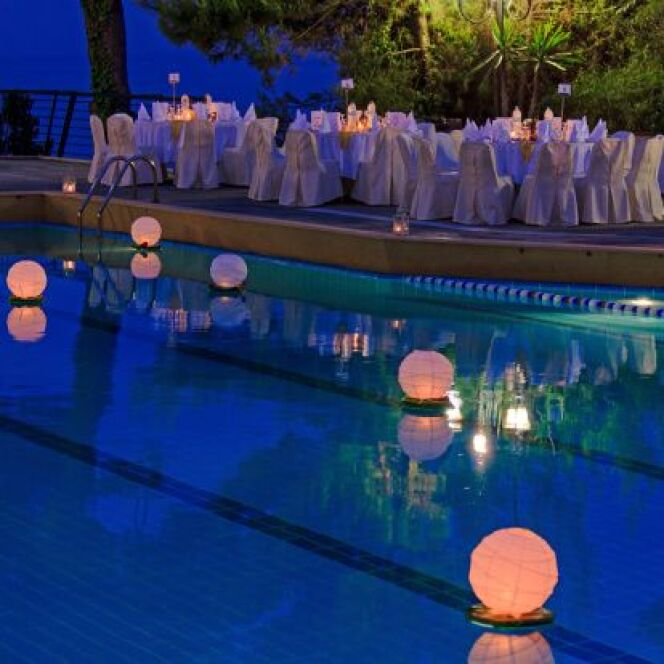 """Les éclairages de piscine sans fil peuvent se placer dans tous les endroits.<span class=""""normal italic petit"""">© Rostislav Ageev - Thinkstock</span>"""