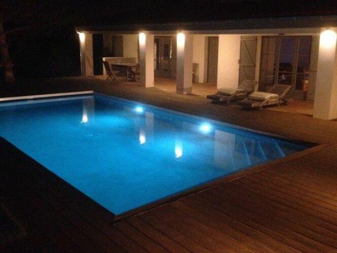 Piscine de nuit les plus beaux clairages piscine en for Piscine marinal