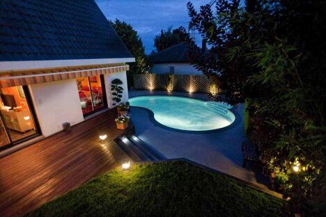 Eclairée de nuit, la mini piscine Céline est un véritable atout qui valorise la décoration extérieure
