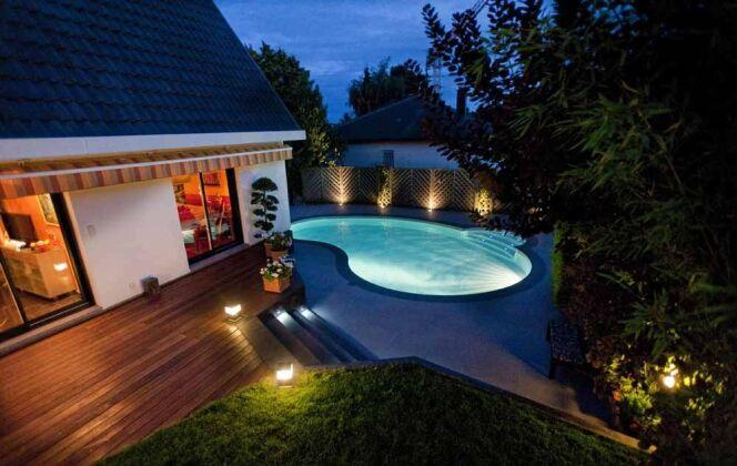 Eclairée de nuit, la mini piscine Céline est un véritable atout qui valorise la décoration extérieure © Waterair