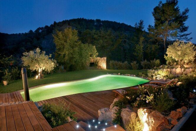"Ecosculpture : la nature au bord de sa piscine<span class=""normal italic petit"">© L'Esprit Piscine</span>"