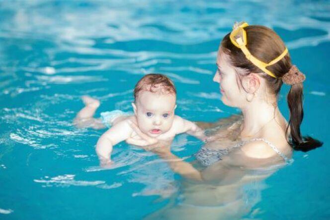 """Emmener bébé à la piscine : les précautions<span class=""""normal italic petit"""">DR</span>"""