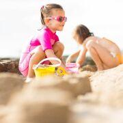 Emmener un jeune bébé à la plage : les précautions et risques