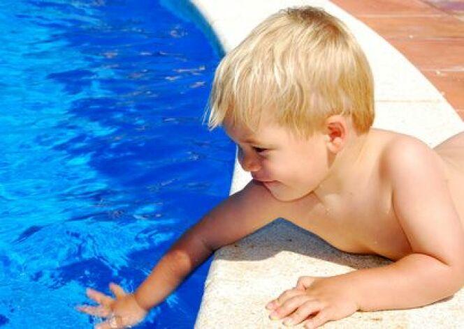 """Une vigilance constante est nécessaire pour prévenir tout risque de noyade dans la piscine.<span class=""""normal italic petit"""">© Isak - Fotolia.com</span>"""