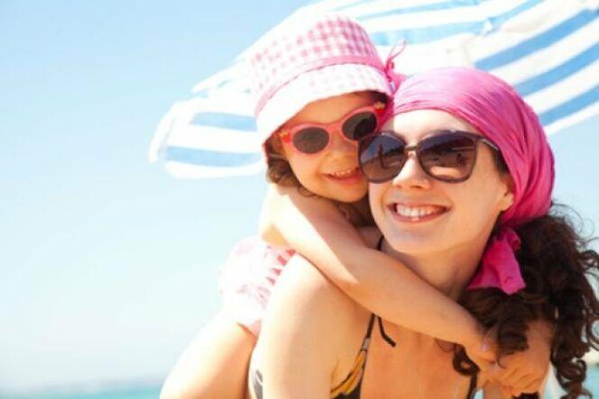 """En plus d'une protection solaire, pensez aux chapeaux et aux lunettes !<span class=""""normal italic petit"""">© Yanlev - Fotolia.com</span>"""