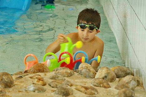 """Enfant avec arrosoir à la piscine Nautil'ys au Crozon<span class=""""normal italic petit"""">© Nicolas Gautier</span>"""