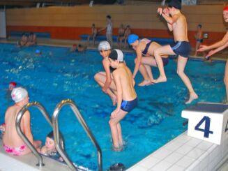 Enfants et adultes prennent du bon temps à la piscine d'Arques