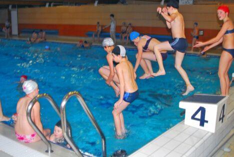 """Enfants et adultes prennent du bon temps à la piscine d'Arques<span class=""""normal italic"""">DR</span>"""
