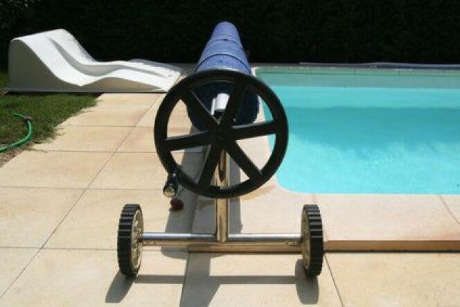 Un enrouleur de bâche de piscine représente un certain investissement mais facilite les manipulations de la bâche.