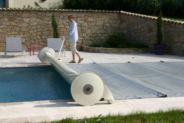 L'enrouleur pour bâche à barres est un accessoire très pratique pour votre piscine, ici le modèle Pilote de Prima.