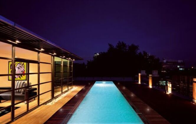 Entouré de bois, le couloir de nage par Piscinelle illumine les décors nocturnes © piscinelle.com