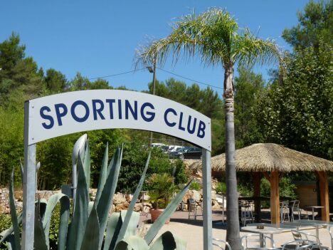"Entrée du Sporting Club Espaces Antipolis<span class=""normal italic petit"">DR</span>"