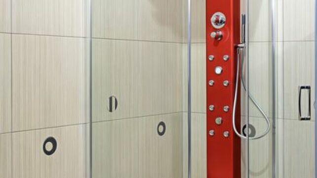 Une douche hydromassante demande un entretien régulier pour rester en bon état de fonctionnement, notamment ses buses d'hydromassage.