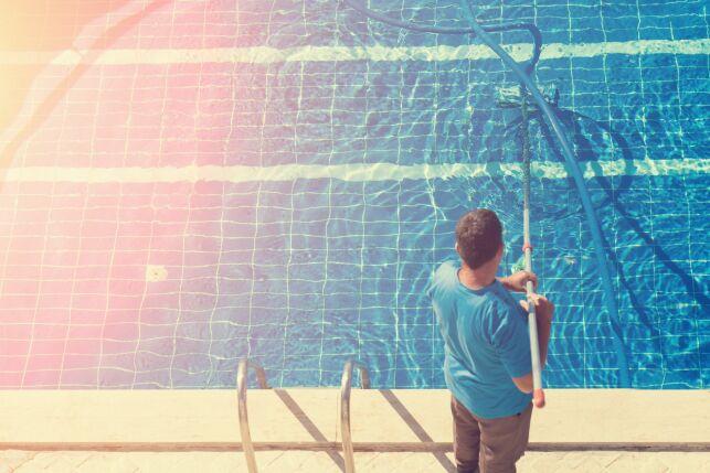Entretien d'une piscine dans une résidence secondaire