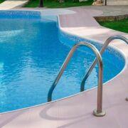 Entretien d'une piscine en copropriété : comment cela se passe ?
