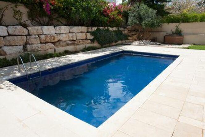 Entretien du dallage autour d'une piscine