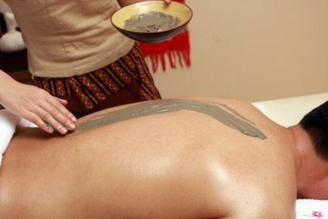 L'enveloppement du corps à la boue soulage les douleurs articulaires et musculaires.