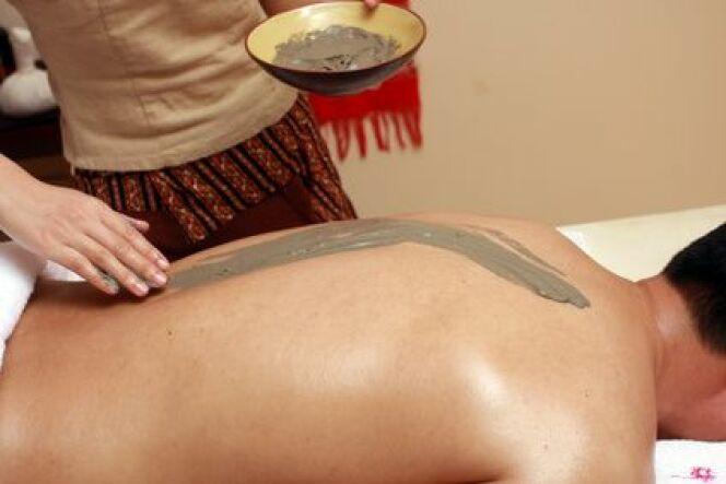 """L'enveloppement du corps à la boue soulage les douleurs articulaires et musculaires.<span class=""""normal italic petit"""">© louleo - Fotolia.com</span>"""