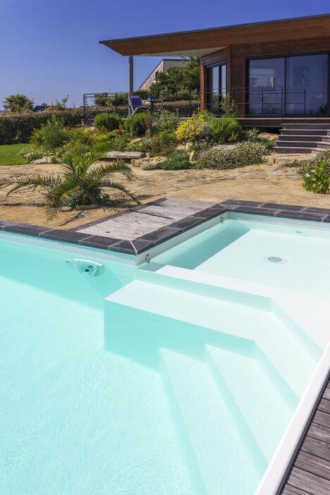 """Escalier design par L'Esprit Piscine<span class=""""normal italic petit"""">© L'Esprit piscine</span>"""
