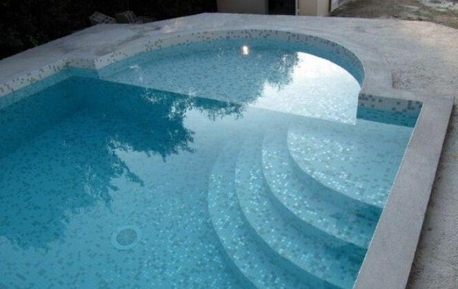 Escaliers de piscine et plages immergées © Piscines Marinal