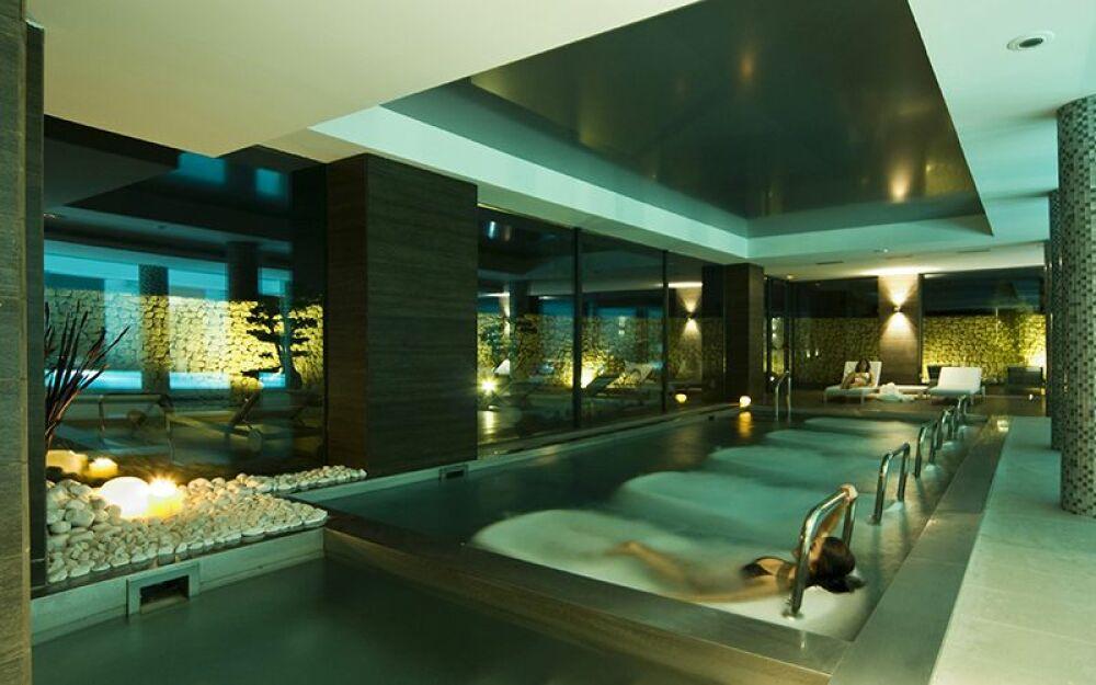 Espace bien-être et piscine intérieure© Sha Wellness Clinic