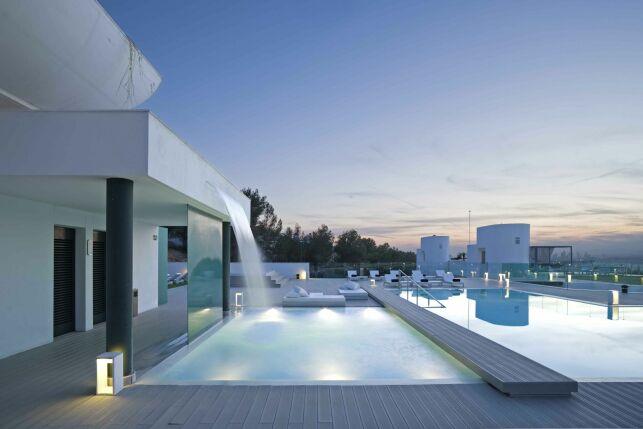 Espace extérieur et piscine infinie du Sha Wellness Clinic