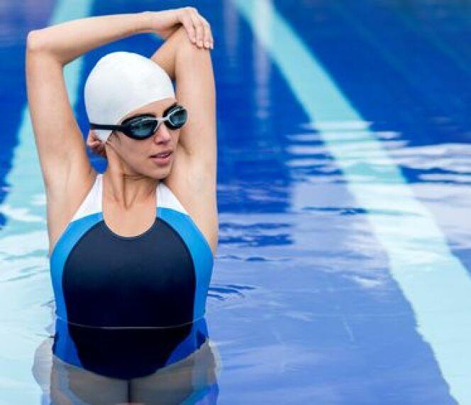 """Étirements des épaules en natation<span class=""""normal italic petit"""">© Andres Rodriguez</span>"""