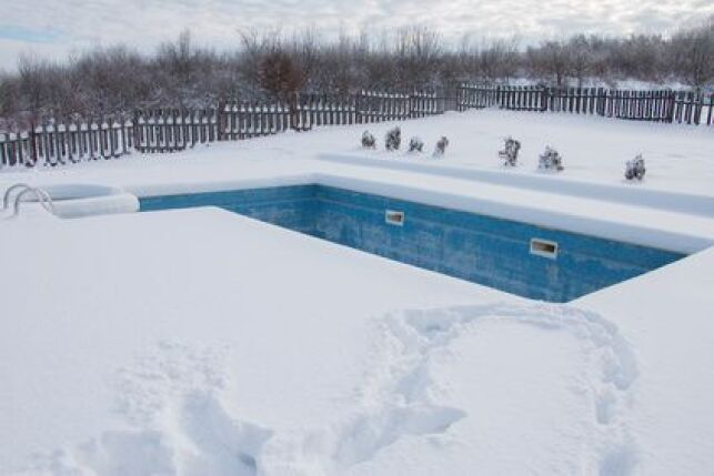 Faut-il baisser le niveau d'eau de votre piscine en hiver ?