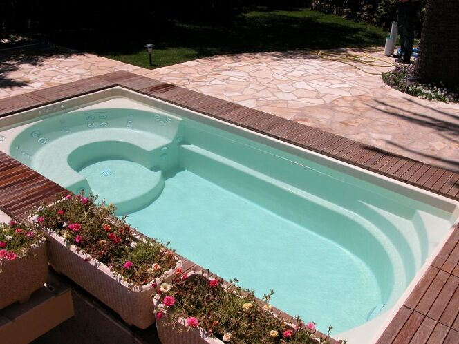 """Le revêtement en fibre de verre s'adapte à différents styles de piscines pour les rendre plus résistantes.  <span class=""""normal italic petit"""">© Ligne Azur</span>"""